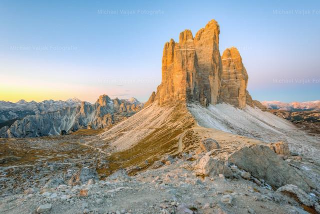 Drei Zinnen kurz vor Sonnenaufgang    Blick über den Paternsattel zur Nordwestseite der Drei Zinnen. Es ist faszinierend, wie das indirekte Licht des nahenden Sonnenaufgangs die Felsen bereits zum Leuchten bringt.