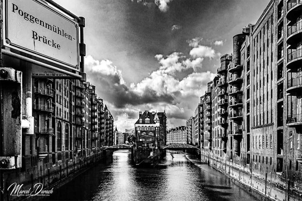 Wasserschloß in der Speicherstadt  | Blick von der Poggenmühlen-Brücke auf das kleine Wasserschloß in der Hamburger Speicherstadt