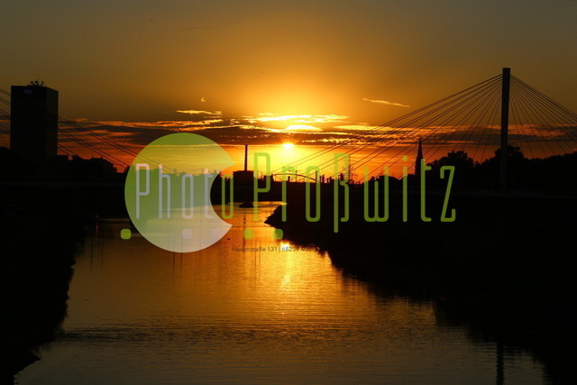 Sonnenuntergang am Neckar   Mannheim. 28JUL20   Mannheim in der Abendsonne am Neckar. Sonnenuntergang. Mit Neckaruferbebauung und dem Collins Center (links)   BILD- ID 2117   Bild: Photo-Proßwitz 27JUL20
