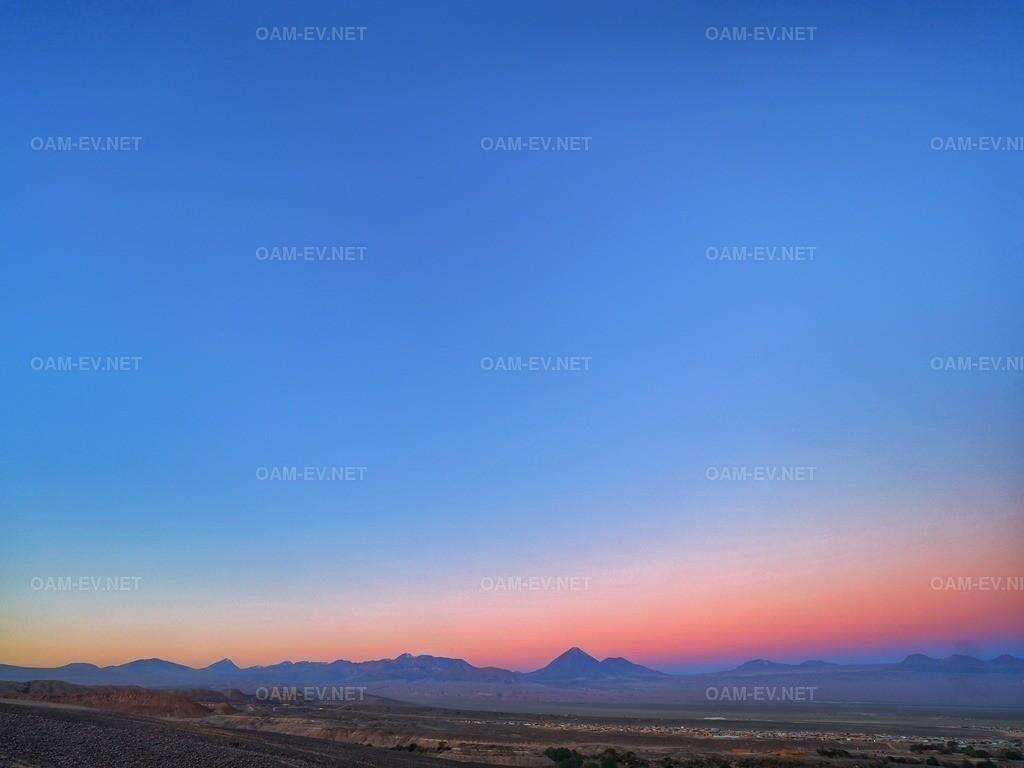 1EYE5682-01 | Chile Atacama Wüste  Karge Landschaft Vulkanlandschaft mit rötlichem Gestein und wolkenlosen Himmel bei Sonnenuntergang