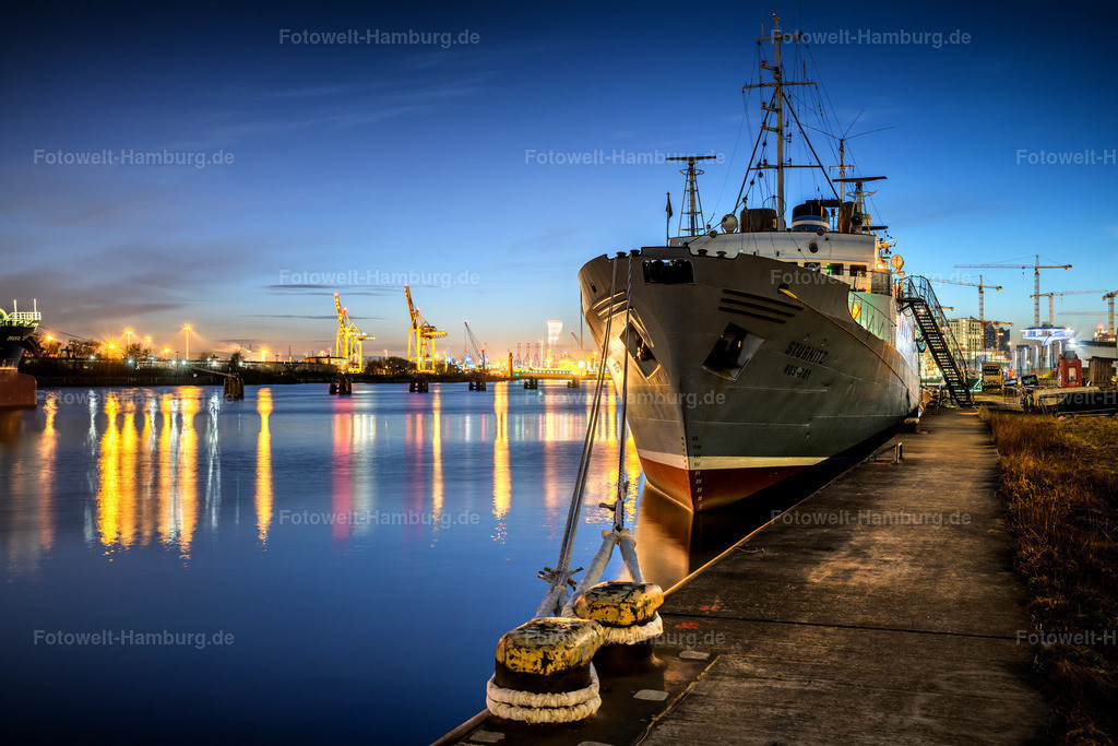 10210312 - MS Stubnitz | Blaue Stunde an der MS Stubnitz am Baakenhafen in der Hafencity.