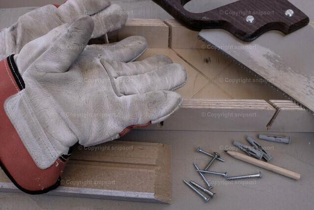 Säge mit Gehrungslade und Fussleiste | Werkzeug-Stillleben mit Säge, einer Gehrungslade und Fussleiste