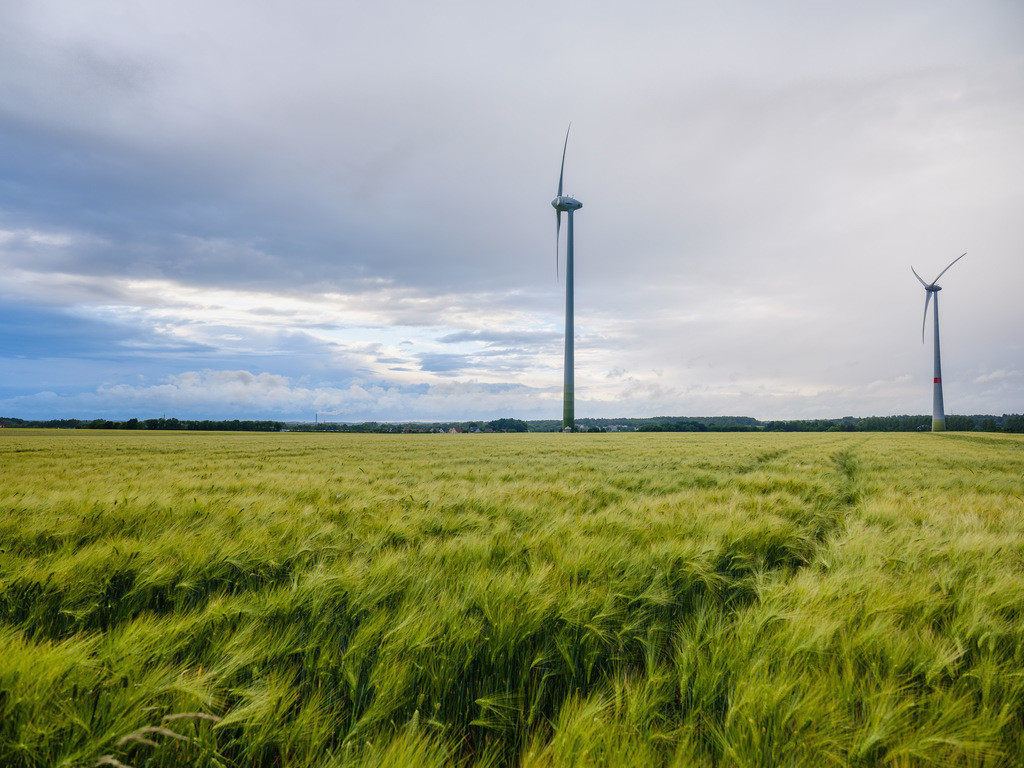Windräder im Sturm | Windräder in Bielefeld-Brönninghausen an einem stürmischen Abend im Juni.