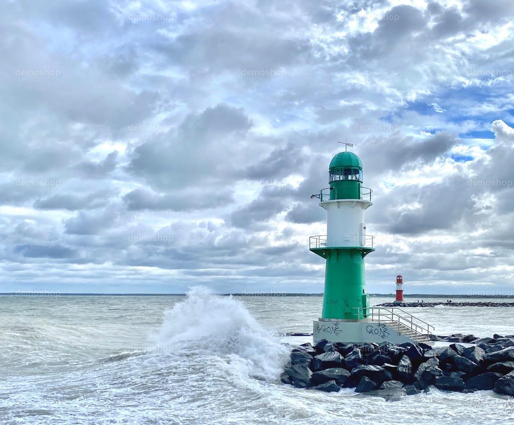 Leuchtturm | Leuchtturm an der Ostsee mit Wellen und bewölktem Himmel.