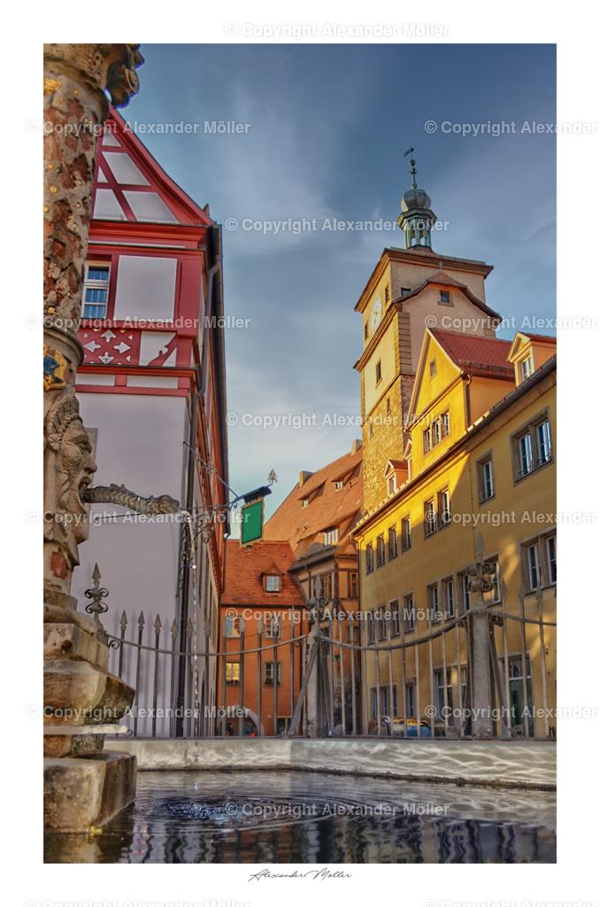 Rothenburg ob der Tauber No.50 | Dieses Werk zeigt den Seelbrunnen mit Weißem Turm im Hintergrund. Der Brunnen, auch Kapellenplatzbrunnen genannt, gehört zur Kategorie der Fließwasserbrunnen.