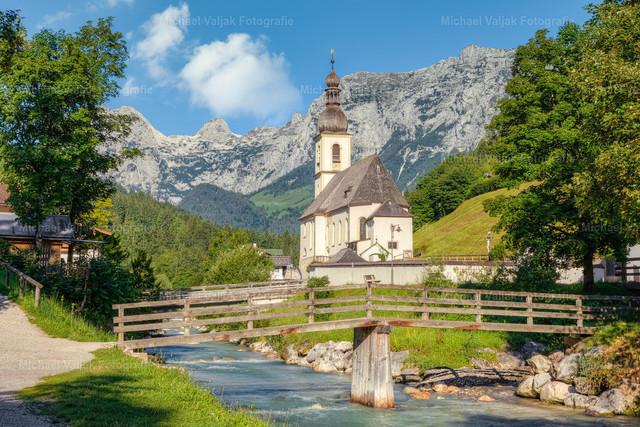 Kirche in Ramsau bei Berchtesgaden | Die Pfarrkirche St. Sebastian in Ramsau bei Berchtesgaden, mit Blick in Richtung Reiteralpe an einem frühen Sommermorgen.