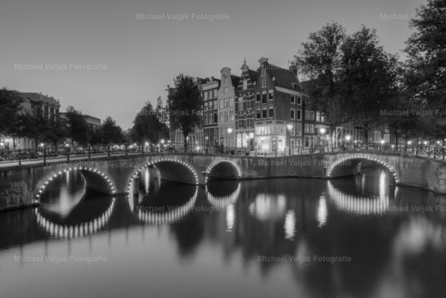 Keizersgracht Amsterdam schwarzweiß   Von den vielen Grachten in Amsterdam ist die Keizersgracht eine der schönsten.