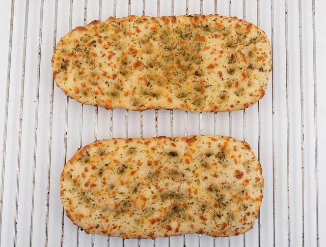 Focaccia-Brote auf Backofenrost | Zwei italienische Focaccia-Fladenbrote auf Backofenrost