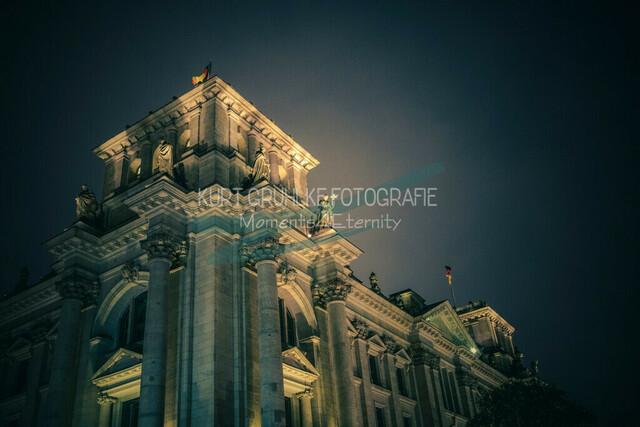 Berlin, Regierungsviertel, Reichstagsgebäude in der Nacht | Nachtaufnahme analoger Vintage Look, sehr grobkörnig