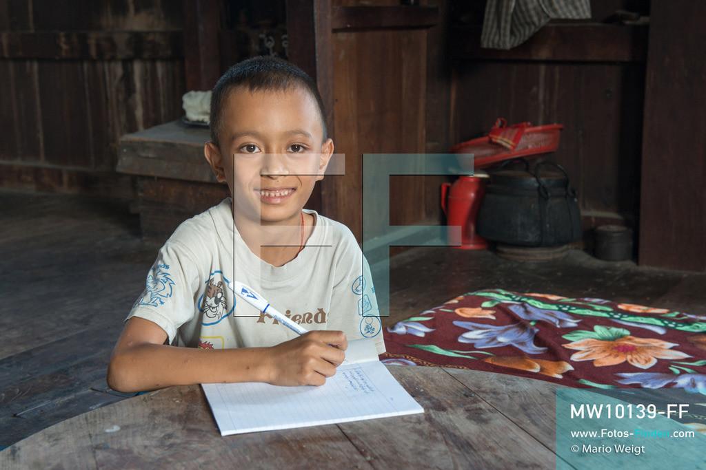 MW10139-FF   Myanmar   Inle-See   Nyaungshwe   Reportage: Ye Lin lebt auf dem Inle-See   Ye Lin macht Hausaufgaben. Der 8-jährige Ye Lin Yar Zar lebt mit seinen Eltern in einem Pfahlhaus auf dem Inle-See. Er gehört zur ethnischen Gruppe der Intha und beherrscht die einzigartige Einbeinrudertechnik, um zur Schule zukommen.  ** Feindaten bitte anfragen bei Mario Weigt Photography, info@asia-stories.com **