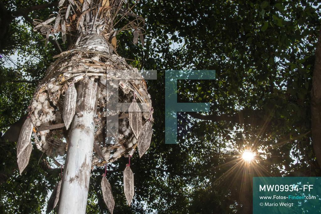 MW09934-FF | Myanmar | Loikaw | Reportage: Loikaw im Kayah State | Dekorierter Totempfahl (Kayhto Bo) auf einem Ritualplatz im Dorf Dor So Bee. Jedes Jahr im März oder April feiern die Kayah das traditionelle Kay Htoe Boe Festival.   ** Feindaten bitte anfragen bei Mario Weigt Photography, info@asia-stories.com **