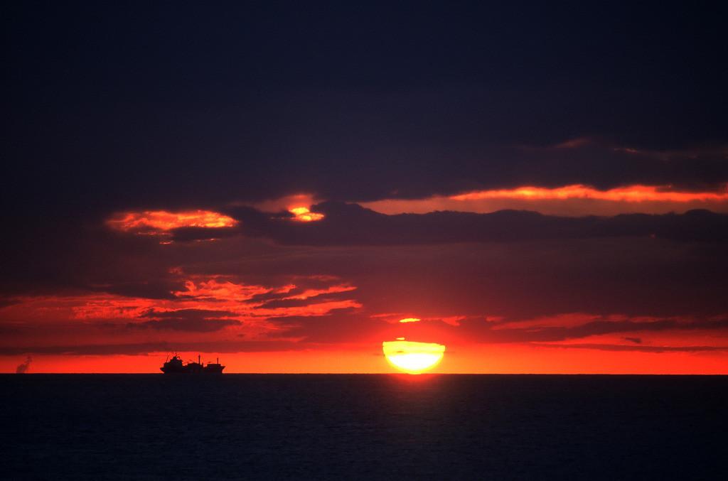 JT-040919-003.JPG | : Frachtschiff bei Sonnenuntergang auf der Nordsee.