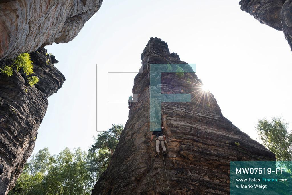 MW07619-FF | Deutschland | Sachsen | Sächsische Schweiz | Kletterer am Chinesischen Turm im Bielatal. Das Tal mit dem Flüsschen Biela ist das beliebteste Klettergebiet des Elbsandsteingebirges mit über 230 Gipfeln und 3.000 Kletterpfaden.  ** Feindaten bitte anfragen bei Mario Weigt Photography, info@asia-stories.com **