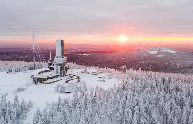 Corona-Winter im Taunus | 10.01.2021, Schmitten (Hessen): Blick auf den Gipfel des Großen Feldbergs bei Sonnenaufgang. (Luftaufnahme mit einer Drohne)