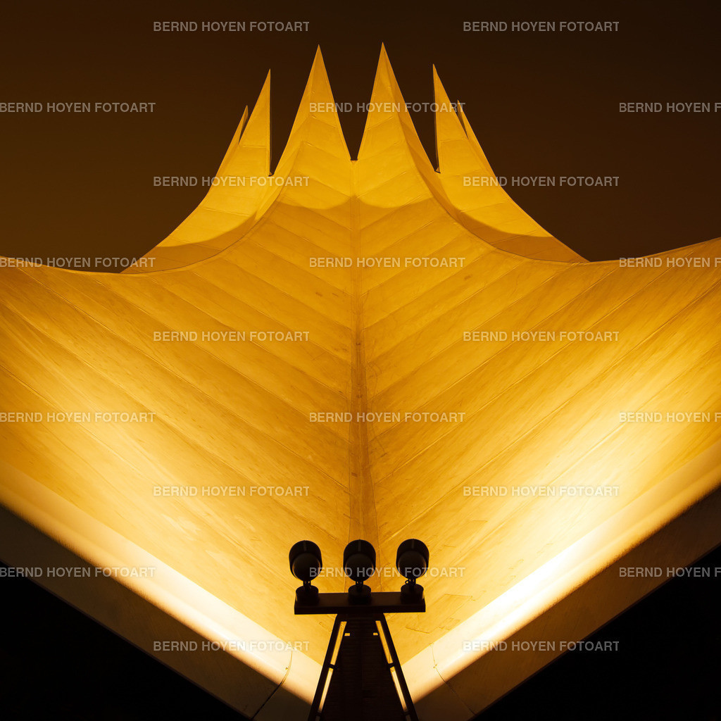 the golden crown | Das Tempodrom in Berlin, Deutschland. | The Tempodrom in Berlin, Germany.