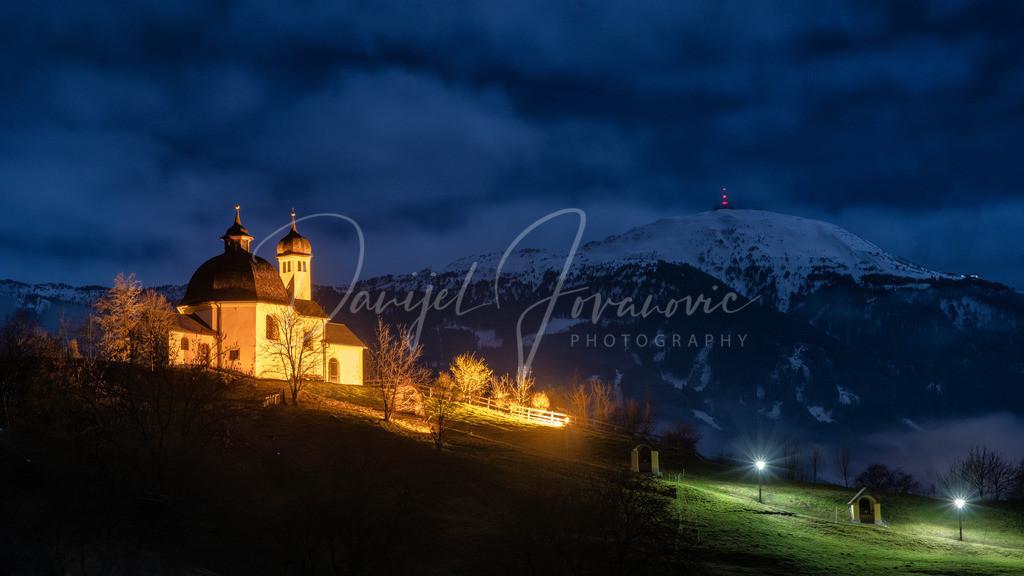 Kalvarienberg | Das Wahrzeichen von Arzl, der Kalvarienberg mit Kapelle und dem Patscherkofel im Hintergrund