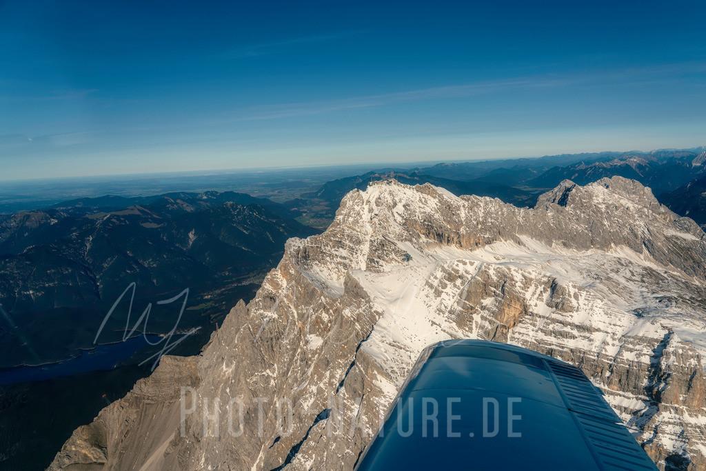 Blick auf die Zugspitze und den Eibsee   So nah an Deutschland höchstem Berg