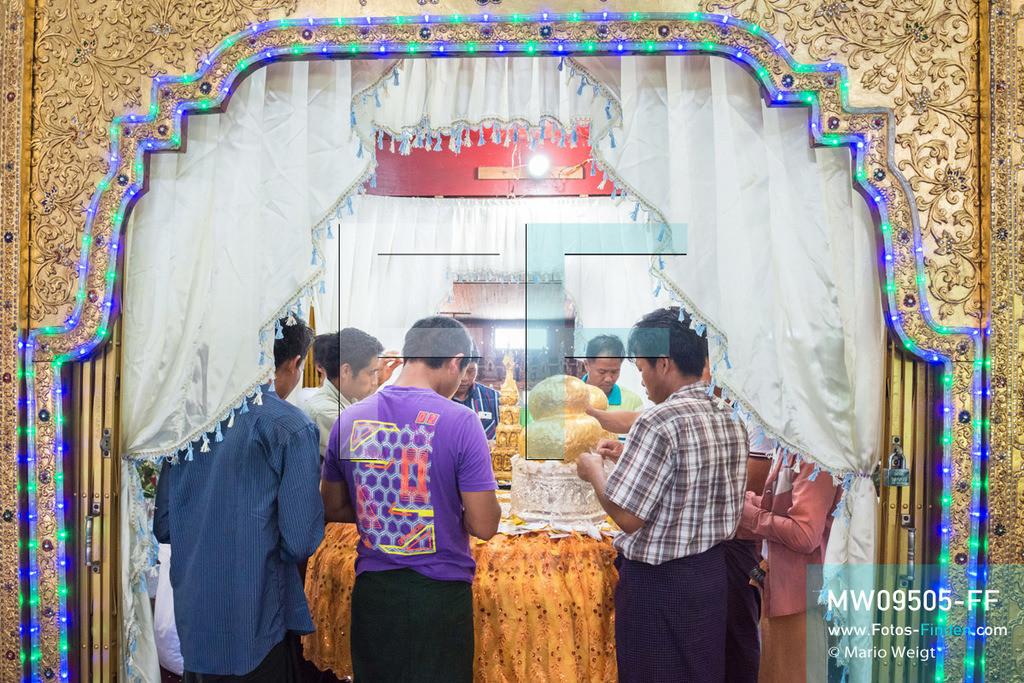MW09505-FF   Myanmar   Nyaung Shwe   Reportage: Phaung Daw U Fest   Nur die Männer dürfen Goldplättchen den vier Buddha-Statuen spenden. Durch das jahrzehntelange Auftragen von Blattgold erkennt man nur schwer die eigentliche Form der Buddhas.   ** Feindaten bitte anfragen bei Mario Weigt Photography, info@asia-stories.com **