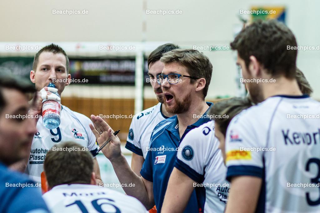 2016_100_BLM_Netzhoppers-Lüneburg | Auszeitansprache von Stefan Hübner (SVG Trainer mi) mit Falko Steinke (SVG #9 li) und Scott Michael Kevorken (SVG #3 re)