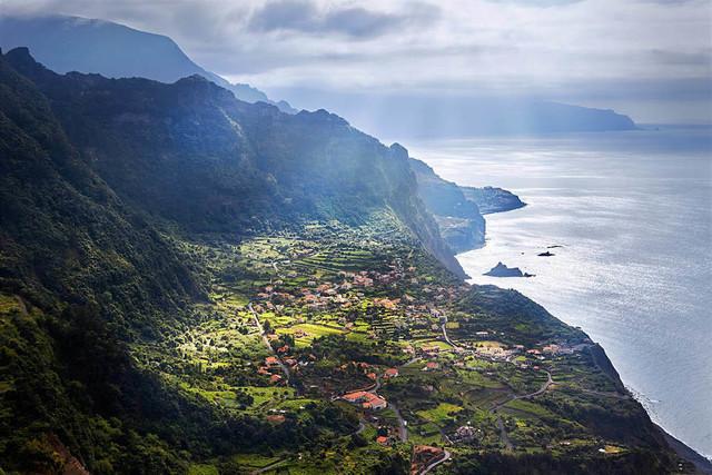 Lichtspektakel an der grünen Küste | Madeira ist eine außergewöhnliche Insel. Die extrem hügelige Topografie begünstigt wechselhaftes Wetter und damit dramatische Lichtsituationen. Hier an der Nordküste lässt sich das häufiger beobachten. Eine verzauberte Landschaft aus dem Fantasyroman.
