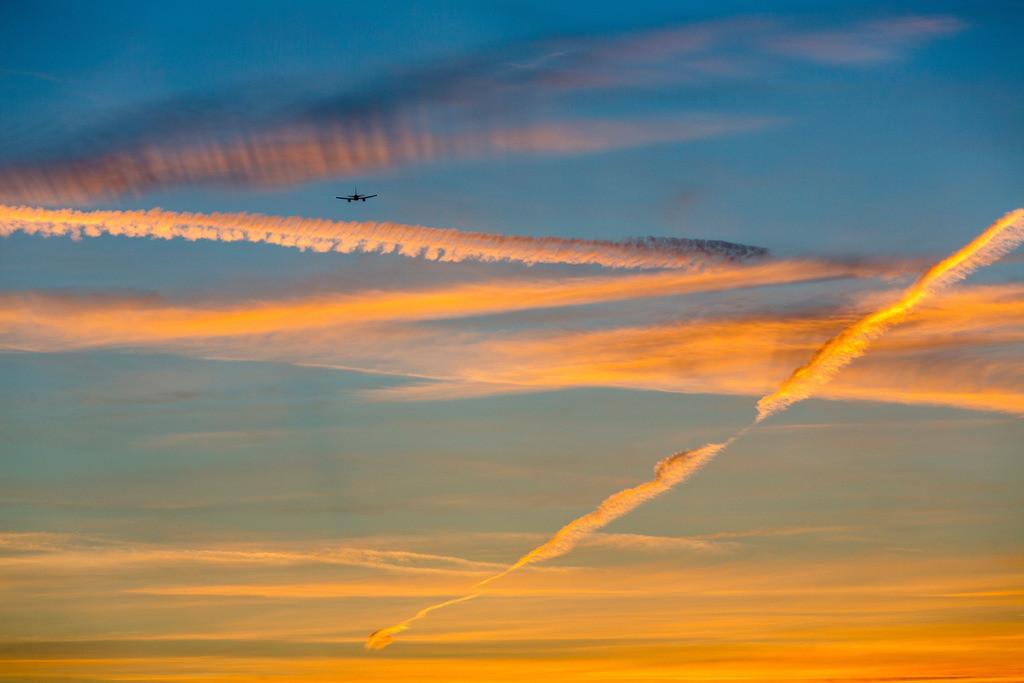 JT-141122-021 | Abendhimmel mit, von der Sonne, rot angeleuchteten Kondensstreifen , von Düsenflugzeugen, Flugzeug