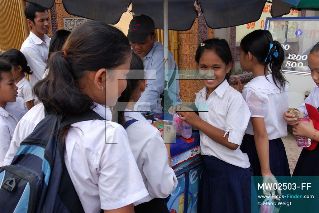 MW02503-FF | Kambodscha | Phnom Penh | Reportage: Apsara-Tanz | Tanzschülerin Sivtoi kauft sich in der Pause vor der Schule gern Eis. Sie lernt in einer Tanzschule den Apsara-Tanz. Sechs Jahre dauert es mindestens, bis der klassische Apsara-Tanz perfekt beherrscht wird. Kambodschas wichtigstes Kulturgut ist der Apsara-Tanz. Im 12. Jahrhundert gerieten schon die Gottkönige beim Tanz der Himmelsnymphen ins Schwärmen. In zahlreichen Steinreliefs wurden die Apsara-Tänzerinnen in der Tempelanlage Angkor Wat verewigt.   ** Feindaten bitte anfragen bei Mario Weigt Photography, info@asia-stories.com **