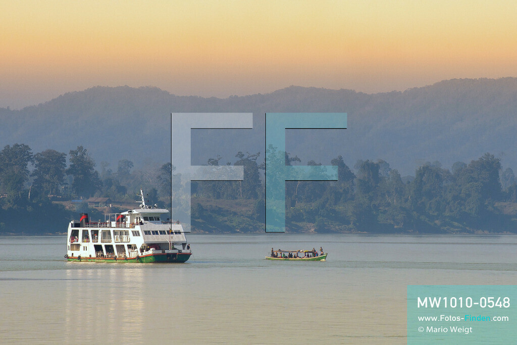 MW1010-0548 | Myanmar | Sagaing-Region | Reportage: Schiffsreise von Bhamo nach Mandalay auf dem Ayeyarwady | IWT-Fähre auf dem Ayeyarwady  ** Feindaten bitte anfragen bei Mario Weigt Photography, info@asia-stories.com **