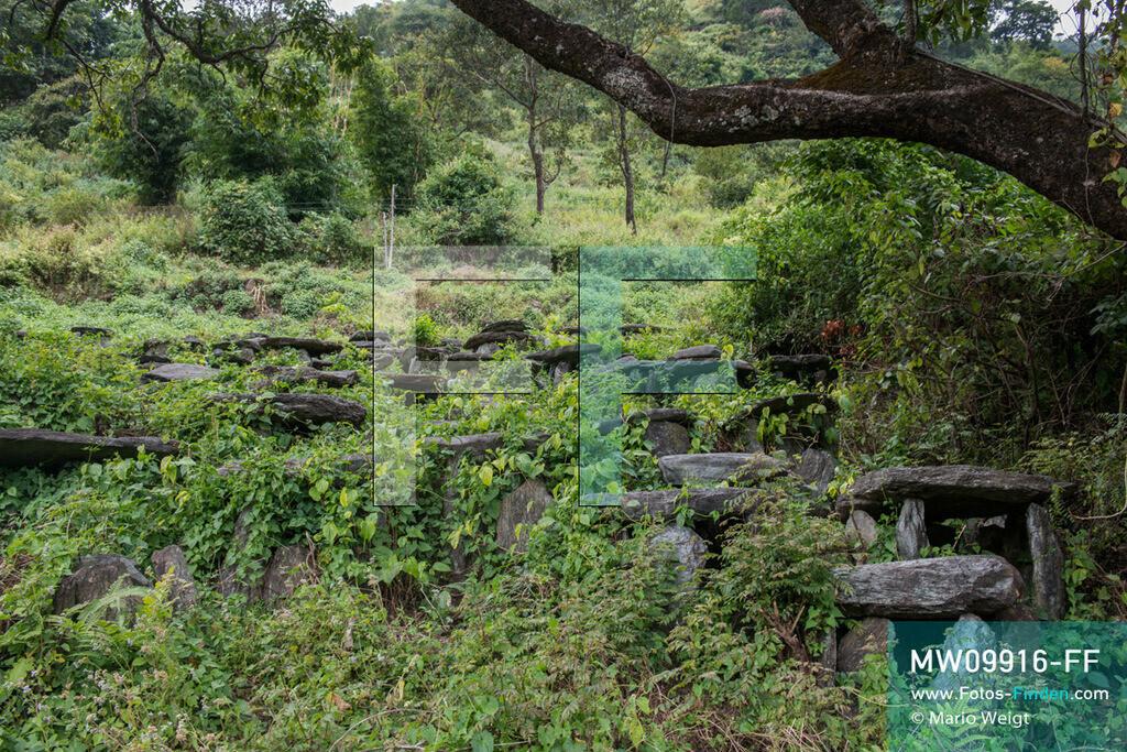 MW09916-FF | Myanmar | Mindat | Reportage: Mindat im Chin State | Friedhof der Volksgruppe der Chin im Bergdorf Kyardo. Gräber sind aus Steinplatten, die in einem Kreis aufgestellt werden, eine dient als Abschluss. Mittig in der Erde befindet sich die Urne.    ** Feindaten bitte anfragen bei Mario Weigt Photography, info@asia-stories.com **