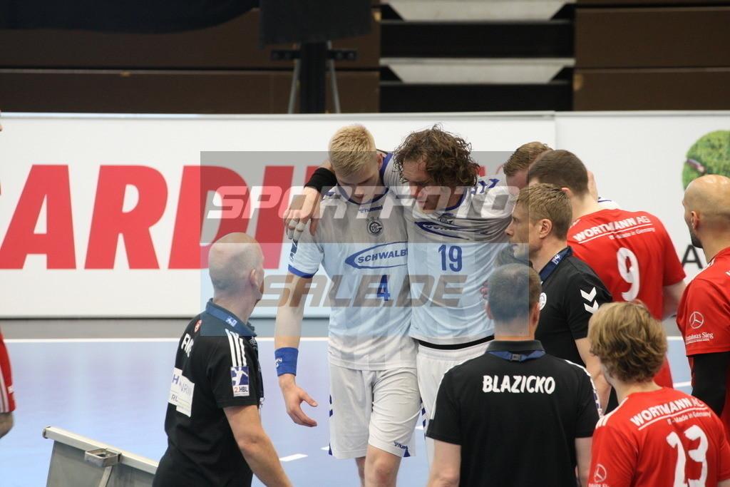 TUS N. Lübbecke - VFL Gummersbach | Timm Schneider #19 wird benommen vom Feld geführt - © by K-Media-Sports / Sportfoto-Sale.de