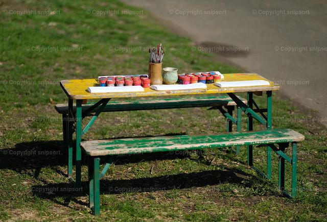 Kindermaltisch | Ein Tisch mit Bänken mit Malutensilien für Kinde