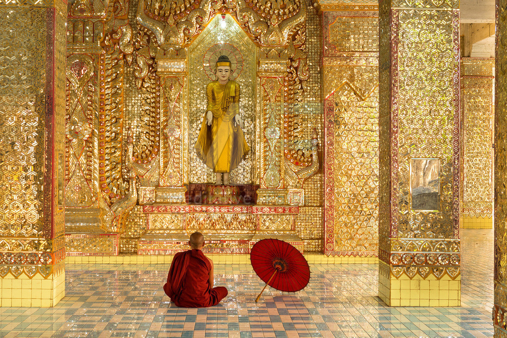 MW0115-5403 | Fotoserie DER ROTE SCHIRM | Meditierender Mönch in Mandalay