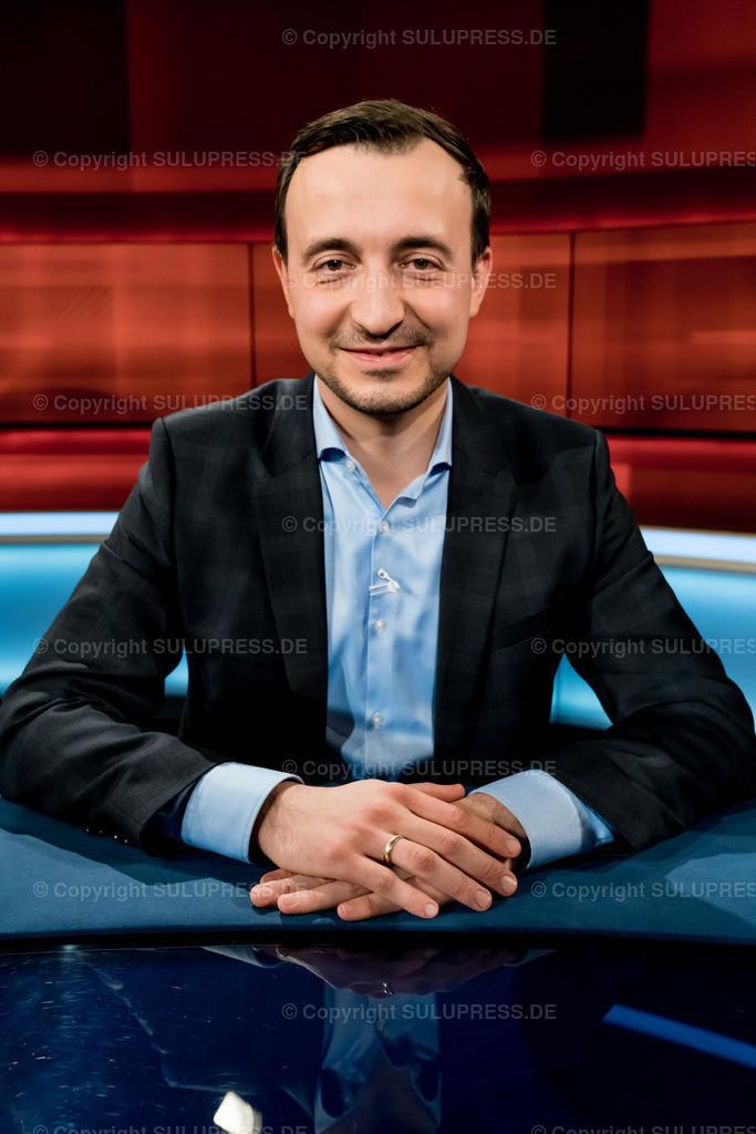 Paul Ziemiak - Portrait bei Hart aber fair in Berlin   Paul Ziemiak, CDU, Vorsitzender der Jungen Union im Fernsehstudio bei Hart aber fair im Studio Adlershof in Berlin. Portrait des Politikers.