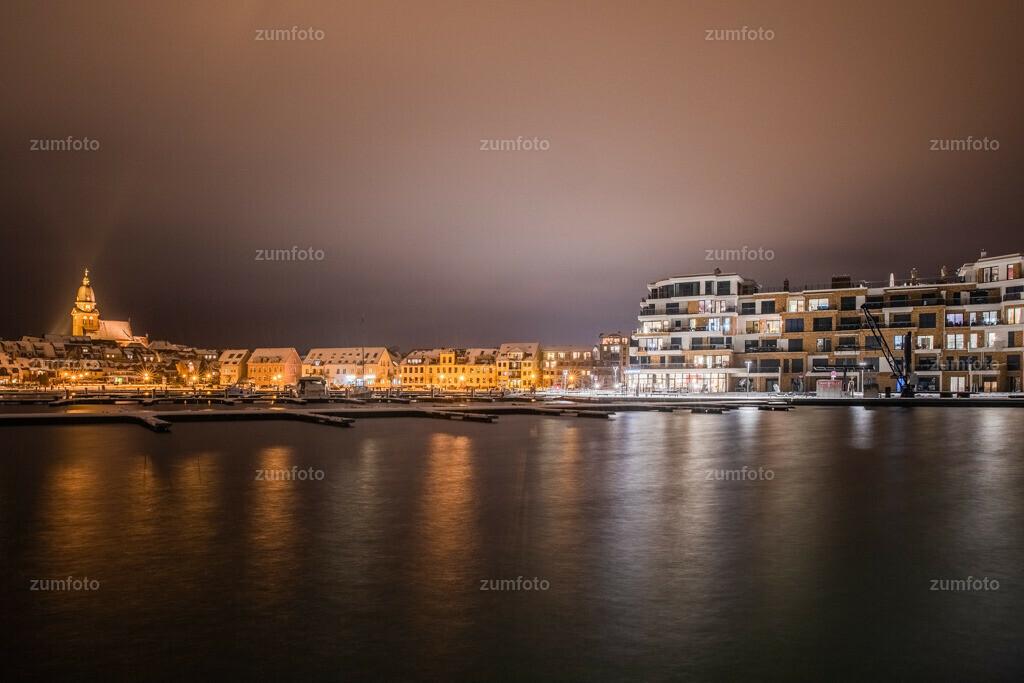 180401_2023-3493-98-A | --Dateigröße 6720 x 4480 Pixel-- Nachtaufnahme im Stadthafen von Waren (Müritz)