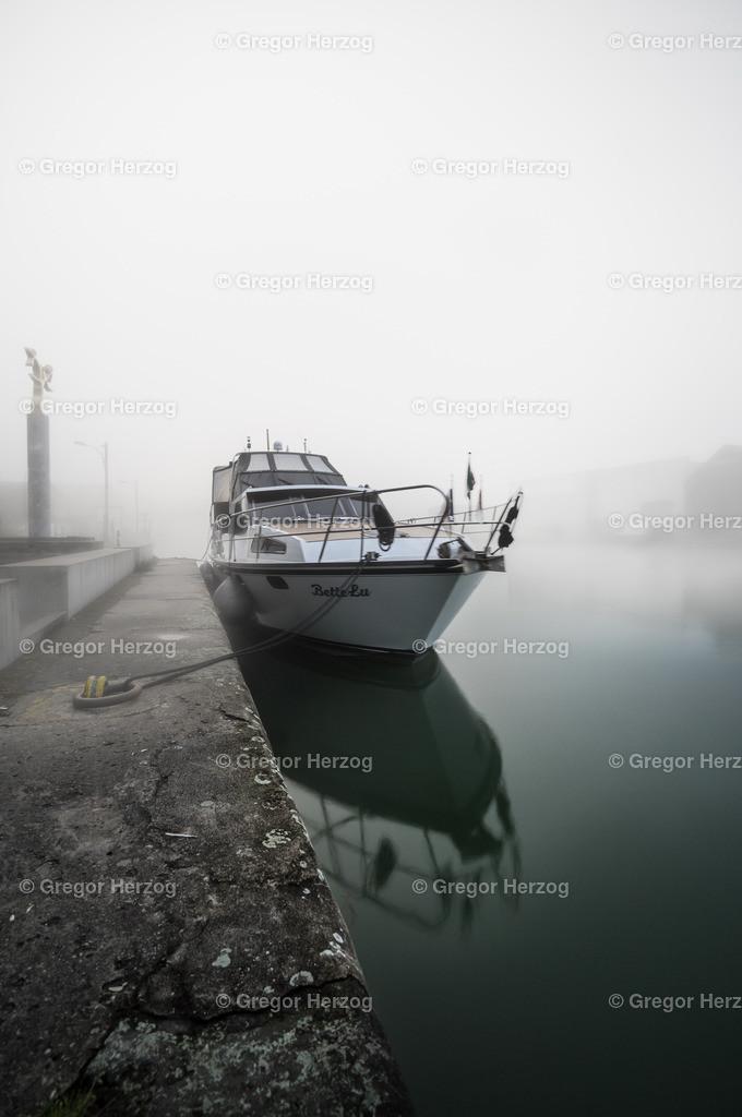 Einsam am Hafen | Früh morgens am Hafen mit schönem Nebel