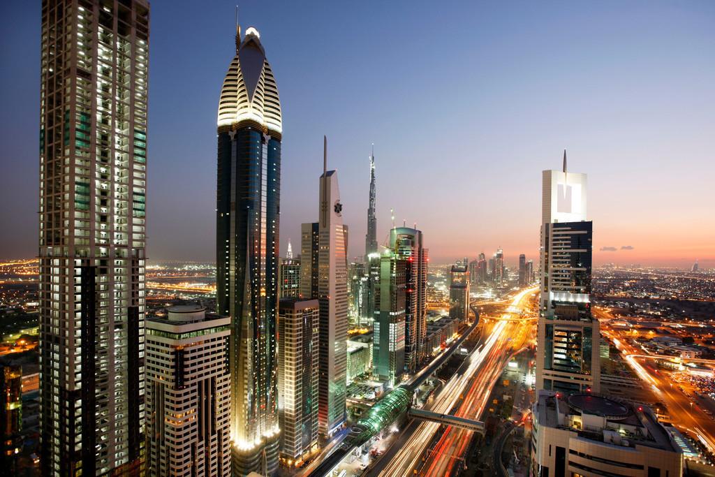 Dubai, Sheikh Zayed Road | Skyline von Dubai  In der Abenddaemmerung.  Dubai,  Vereinigte Arabische Emirate