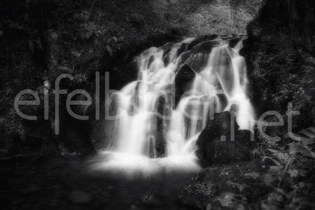 Wasserfall im Wald  | mystischer Wasserfall an der Elfengrotte