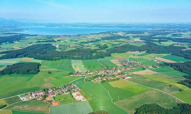 luftbild-nussdorf-chiemgau-bruno-kapeller-01 | Luftaufnahme von Nußdorf im Chiemgau, Sommer 2018. Das Dorf befindet sich ca.5 km vom Chiemsee entfernt, Landkreis Traunstein.