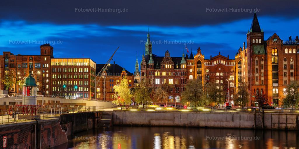 10210308 - Blaue Stunde am Brooktorhafen   Blick Richtung Brooktorkai auf die Häuser der Speicherstadt und das Hamburger Rathaus.