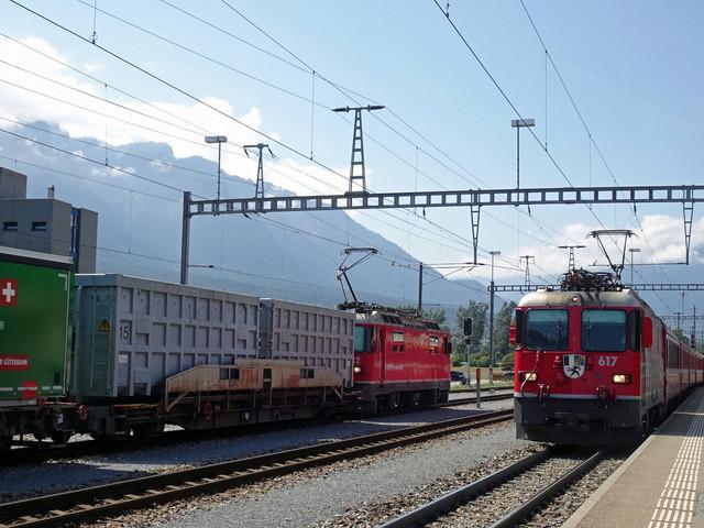 RhB Ge 4/4 II 632 & RhB Ge 4/4 II 617   Begegnung von einem Güter- und einem Regionalzug im Bahnhof Untervaz-Trimmis.