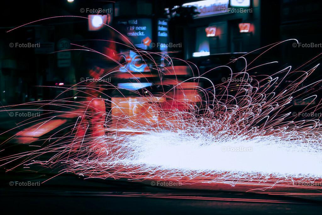 Nachtschicht | Als die digitale Fotografie noch in den Kinderschuhen steckt, fotografierte ich mit einer Sigma SD9 diesen Arbeiter, beim Schleifen der Straßenbahnschienen. Inzwischen wird das mit einem modernen Schleifwagen erledigt.