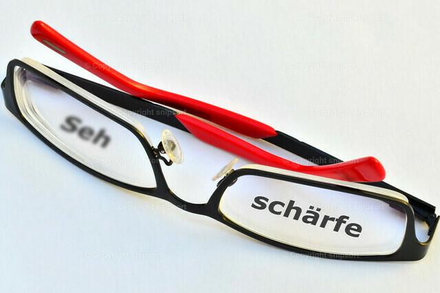 Brille mit dem Wort Sehschärfe hinter den Brillengläsern