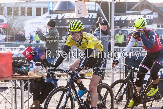Radsport, Stevens Cyclocross Cup 2019, 10. Lauf (RSG Nordheide), Rennen 9 (Elite Herren + U23, Masters 2 / Elite Ü40 und Junioren U19), Buchholz i.d.N., 19.01.2020 | Paul Lindenau (RV Germania Hamburg, #17, Elite), Yannick Gruner (Harvestehuder RV 1909 e.V., #38, Elite)