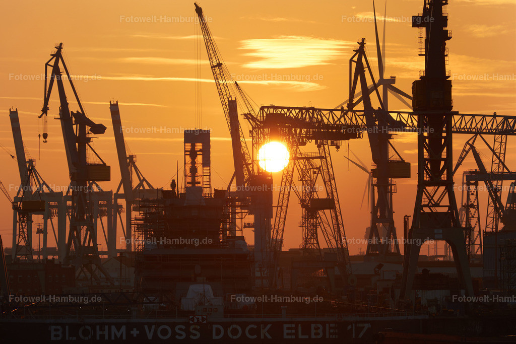 11656012 - Sonnenuntergang und Hafenkräne