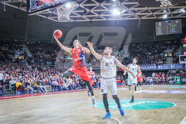 FC Bayern Basketball vs. Science City Jena, Basketball, BBL, 02.02.2019 | Nihad Djedovic #14 (FC Bayern Basketball) setzt sich unterm Korb gegen Julius Wolf #10 (Science City Jena) durch, FC Bayern Basketball vs. Science City Jena, Basketball, BBL, 02.02.2019