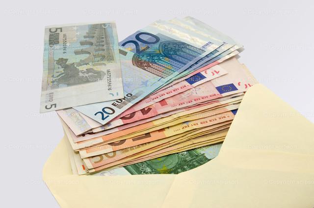 Geld im Umschlag | Eine große Summe Geld in einem Briefumschlag