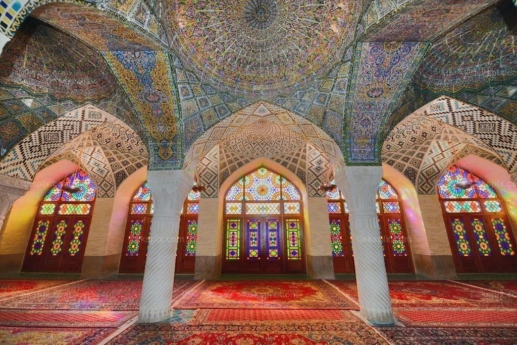 Nasir-ol-Molk-Moschee - Innenraum   Die Nasir-ol-Molk-Moschee, auch bekannt als Rosafarbene Moschee, ist eine Moschee in Schiras, Iran. Sie liegt am Gowad-e-Arabān-Platz in der Nähe der Schāh-Tschérāgh-Moschee.  Die Moschee wurde im Zeitalter der Kadscharen-Dynastie erbaut. Die Bauzeit war von 1876 bis 1888, der Bau selbst lag unter der Aufsicht von Mirzā Hasan Ali (Nasir ol Molk), einem Anführer der Kadscharen. Die Architekten der Moschee waren Mohammad Hasan-e-Memār und Mohammad Rezā Kāshi-Sāz-e-Širāzi. Die Nasir-ol-Molk-Moschee befindet sich zentral gelegen in der Stadt am Goade-e-Araban-Platz und wird bis heute von Gläubigen benutzt. Damals rief eine Stiftung den Bau der Nasir-ol-Molk-Moschee ins Leben. Diese Stiftung betreibt die Moschee bis heute.