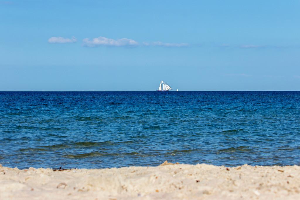 Strand in Kronsgaard | Traditionssegler auf der Ostsee vor Kronsgaard