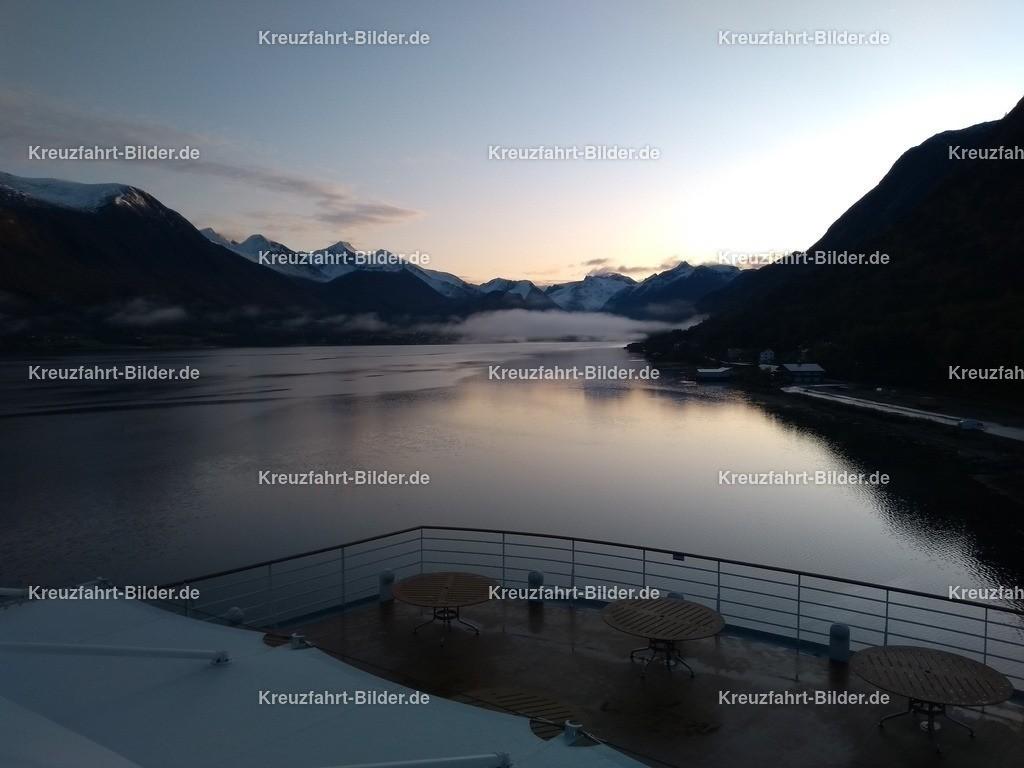 Fjord vor Andalsnes am Morgen | Der Fjord vor Andalsnes am Morgen