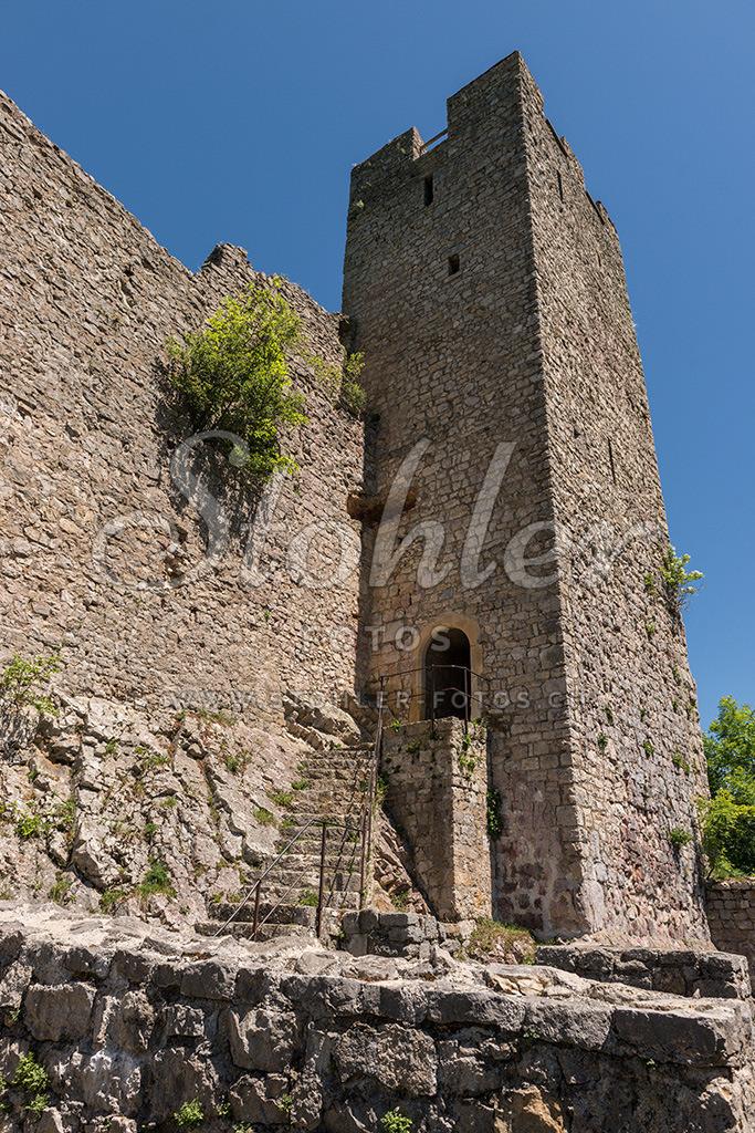 Schlossruine Waldenburg (BL)   Der markante viereckige Turm ist von weitem schon sichtbar, Waldenburg im Kanton Baselland.