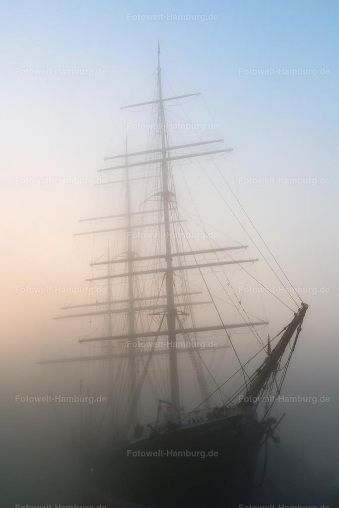 10210108 - Rickmer Rickmers im Nebel II | Die Rickmer Rickmers in einer dichten Nebelwand morgens an den Landungsbrücken.